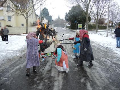 Vier Hexen haben den Winter mit ihren Faceln kräftig eingeheizt. Fotos: Heimatverein Gundheim