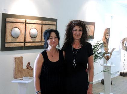 Die Künstlerin Ilona Usbeck (rechts) und ihre Freundin Madeleine Bürig (links) freuten sich über die große Resonanz am Tag der Vernissage im Weferlinger Heimat- und Apothekenmuseum.