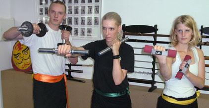 Fitnesstraining mit Kurzhanteln bei Schlagübungen für das Fitness Element Kraft