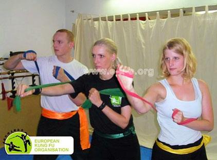 Inhalte der Kampfkunst Kung Fu sind auch Schlagtechniken mit einem Theraband.
