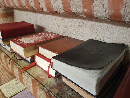 Internationalität in St.Eugenia, Stockholm: die Bibel in vielen verschiedenen Sprachen