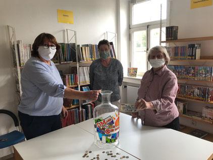 Mit Sicherheitsabstand  und Mundschutz wurden die ersten DM-Schätze in das Sammelglas in der Bücherei eingeworfen.  Gemeindebücherei, 28.04.2020