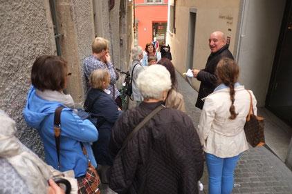 Die Gruppe vor dem Dada-Haus