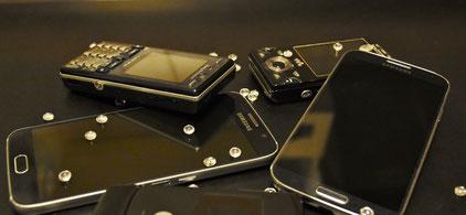 Smartphones auf einem Tisch