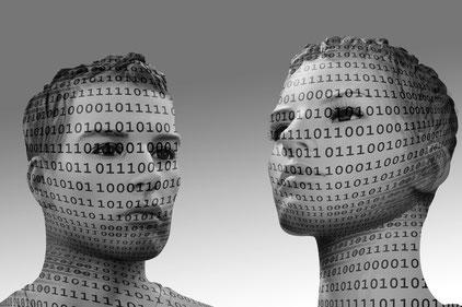 Zwei Personen mit binären Codes im Gesicht