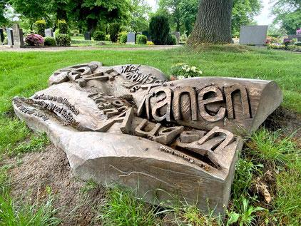 """Bronzeplastik """"Teppich"""" von Klaus Effern auf dem Arster Friedhof hinter der St. Johannes Kirche (Foto: 05-2020, Jens Schmidt)"""