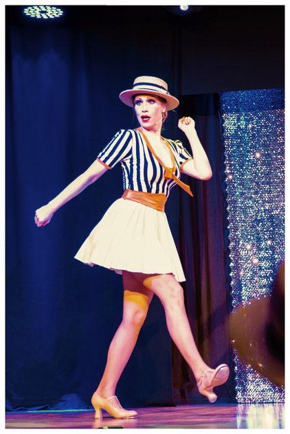 Steptanzlehrerin Silvia Plankl aka Dixie Dynamite aus München auf der Bühne mit einer klassischen Vaudeville Song & Tap Dance Nummer. Steptänzer in Deutschland buchen für Auftritte. Foto: Martin Dürr