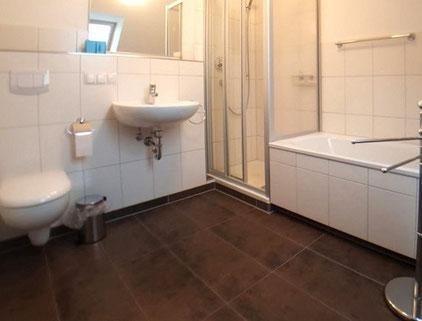 Das Bad mit Dusche und Badewanne in der oberen Etage