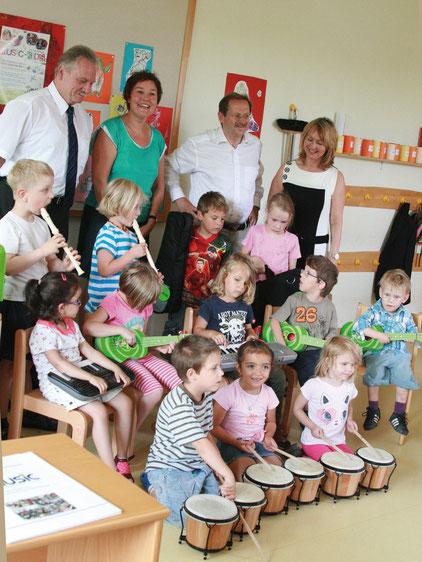 Alle freuten sich über den Erfolg des Pilotprojekts und die Kinder hatten dabei viel Spaß (von links): der Neustädter Bürgermeister Klaus Meier, Kindergarten-Leiterin Maria Lechner, Landtagsabgeordneter Hans Herold und Petra Thomas-König.