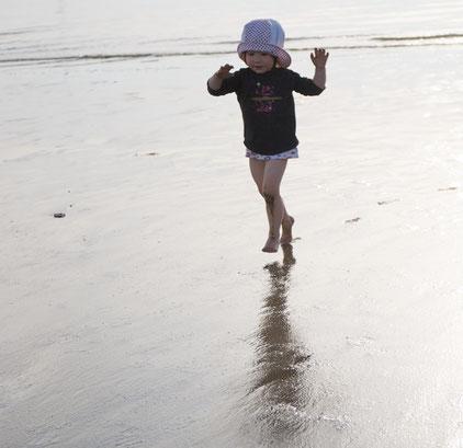 Kleinkinder gehen und laufen noch im Ballengang.