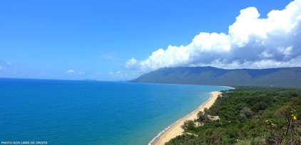 Plage entre Cairns et Daintree national Park, Australie, photo non libre de droits.