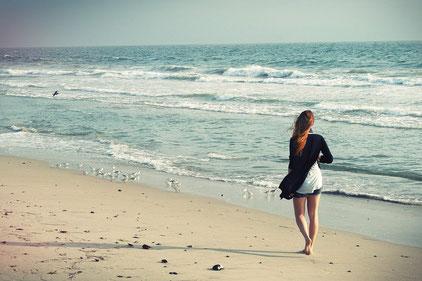 Frau am Strand - auf zu neuen Ufern! (Pixabay)