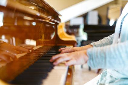 Hand auf Klaviertastatur