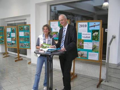 """Helga Düben und Christoph Ewers vor der Ausstellung """"Biologische Vielfalt"""""""