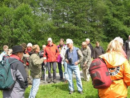 """Der Förderverein der NRW-Stiftung unternahm im Juni 2010 eine Exkursion durch die """"Gernsdorfer Weidekämpe"""". Der NABU Siegen-Wittgenstein führte durch das Gebiet, im Bild (im Vordergrund 2. v.l.) Michael Düben (Foto: NABU)"""
