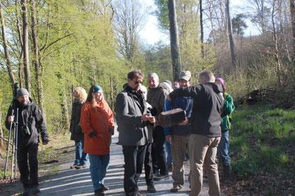 links Hans-Peter Anderer; Jürgen Klauda und Ralph Langetepe (Nistkastenbetreuung) öffnen einen Nistkasten und finden ein Nest mit Kohlmeiseneiern