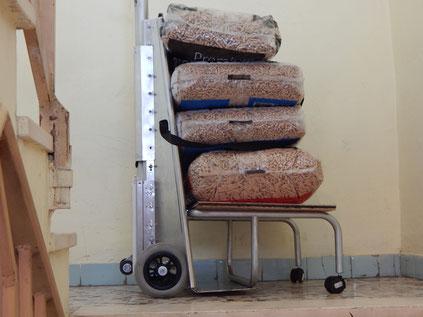il carrello manuale sali scale Adelman caricato con 4 sacchi di pellet