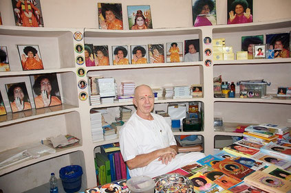 Christian Ross im Büchershop in Hyderabad