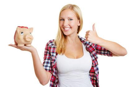 Glückliche Frau hält Sparschwein in der Hand, weil sie mit der FinanzSchneiderei sparen konnte