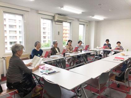 札幌市中央区の北海道クリスチャンセンターで三津橋萌子が講師として活動している「童謡の会・アプリーレ」の会員さんが童謡や唱歌を歌っている様子です