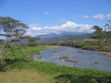 Fluss, Berge, Wolken - eine typische Landschaft am Pazifik. Hier ist es der breite Fluss Tarcoles.