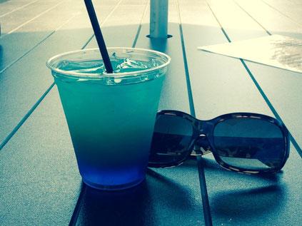 Cocktail und Sonnenbrille