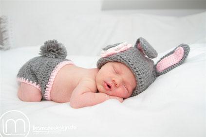 Neugeborenes Baby auf Papa's Unterarm
