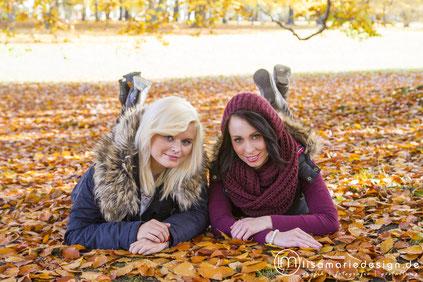 Zwei Freundinnen bei einem Herbstshooting