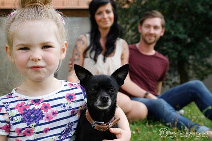 Kleine Familie mit Tochter und Hund bei einem Familienshooting