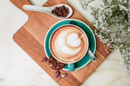バラとデイジーのアレンジメントとメッセージカード。