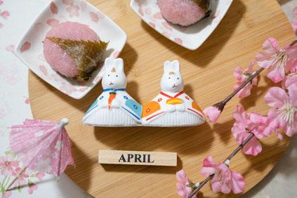 木製のボウルに盛られたイチゴとベリー。イチゴとバナナ、ベリーをのせた厚切りの食パン。