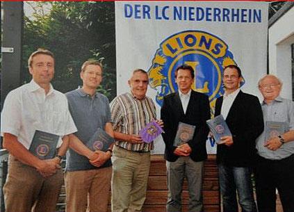"""Kurz vor Weihnachten 2009 wurde die Chronik """"50 Jahre Lions Club Niederrhein 1958 — 2008"""" fertig gestellt. Diese Chronik fand überregional große Anerkennung.V.l. Wilfried Röth, Dr. Heiko Buff, Peter Theissen,Lars Schroers, Jörg Weißenborn, Axel Meuser"""