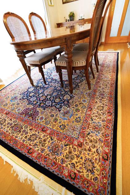 MASHHAD wool&silk2x3  90Raj以上の素晴らしい絨毯です。長めにカットされたパイル地はふわふわです。この様な技術を持つ織子さんは数少なく中々入手できなくなっています。