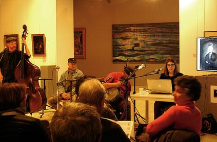 Agathe Jagerschmidt présente le groupe Talaho qui a accompagné la conférence de ses rythmes et de ses chants / Photo JH