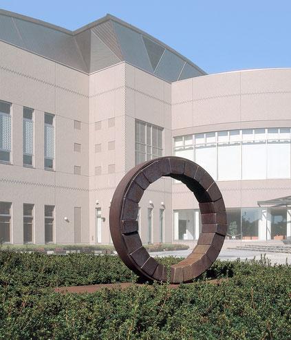 <Circle - No.05> /  1993  /  cor-ten steel (耐候性鋼)  /  H.136x210x70 (φ135) cm  西那須野総合運動公園