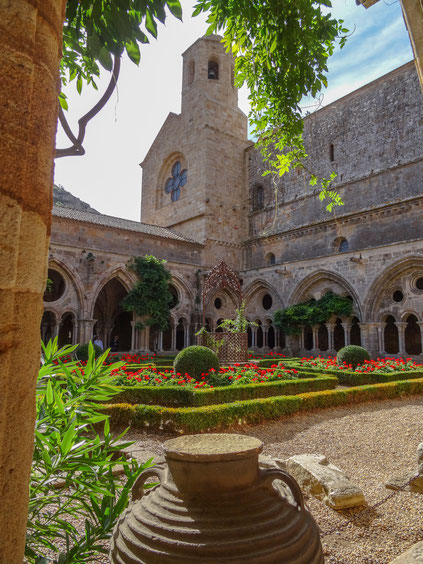 Bild: Abbaye Fontfroide im Außenbereich des Kreuzgang bei Narbonne