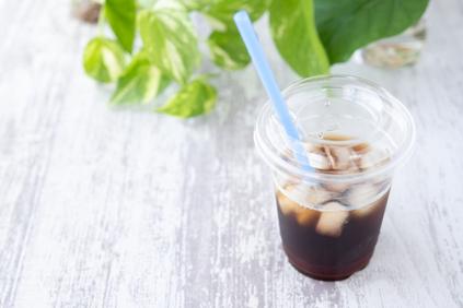 クリップでまとめたメモパッド。ボールペン。ガーベラとバラの花。