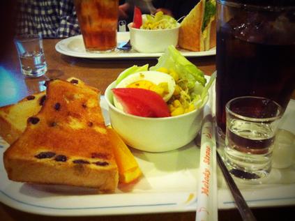 以前紹介した『ラぺ』のモーニング。  今日は、ぶどうトーストにしました。   ここの喫茶店やっぱ最高やわ!