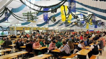 """Heute beginnt das 26. Kauferinger Volksfest, das diesmal sechs Tage dauern wird. Erstmals gibt es zwei Konzertveranstaltungen: Das neue """"Kauferinger Kulturzelt"""" bringt das Zither-Manä-Trio und die Spider Murphy Gang in den Ort."""