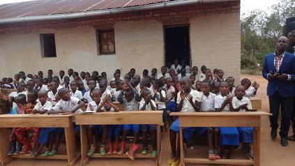Übergabe der neuen Schulbänke an die Irundu Schule - Mission Kongo e.V.