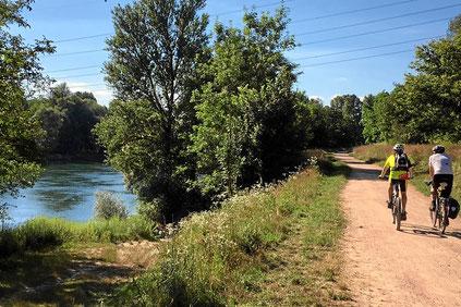 Von Weil am Rhein nach Bad Bellingen am Rheinufer. Radtour ohne Steigungen.