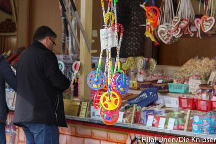 """An den Süßigkeitenständen konnten sich die Besucher mit """"Naschzeug"""" eindecken."""