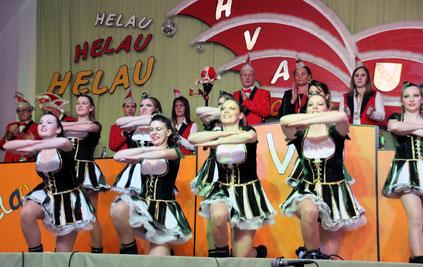 """Die Damentanzgruppe """"Party Kracher"""" des HVA in der Abenheimer Festhalle. Foto: Heimatverein Abenheim"""