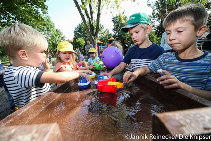 Durch die großzügigen Sponsoren der KiTa Regenbogen können sich die Kinder jetzt am neuen Matschplatz austoben.