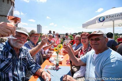 Bei tollem Wetter ließen sich die Osthofener den Wein natürlich nicht entgehen.