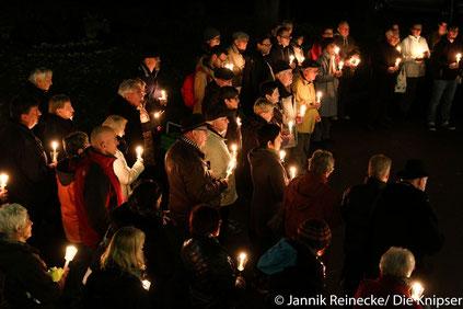 Viele Menschen waren gekommen um an die Kristallnacht zu gedenken.