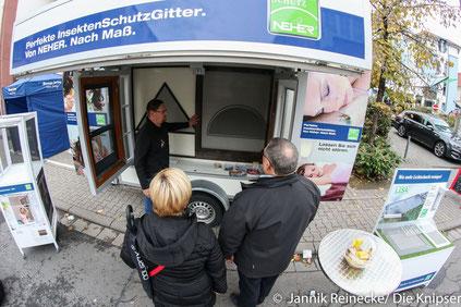 Insektenschutz Nehr versuchte zwischen Volksbank und Sparkasse den Passanten die Insektenschutzmittel zu erklären und so neue Käufer zu finden.