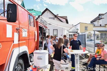 Das zu einer Bar umgebaute Feuerwehrauto versorgte die Gäste mit Getränken und Essen.