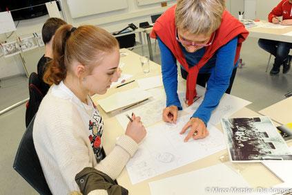 Grafikerin und Illustratorin Katja Reichert zeigt Diana Reidel wie sie die Zeichnung umsetzen kann.