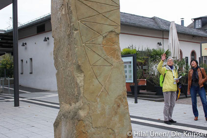 Inga May erklärt die Stele am Osthofener Bahnhof.